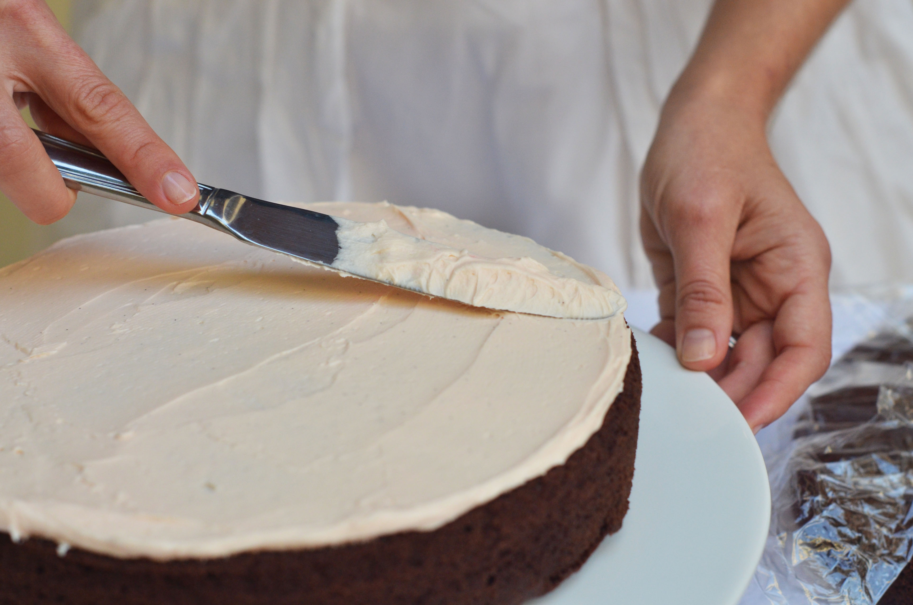 Cake With Icing On Top : CLUMSY CHIC VALENTINES EDITION DIY: HOW TO FROST A CAKE